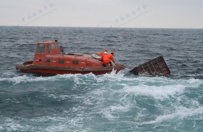 """2008年5月17-19日救助""""德山""""轮并打捞漂浮在海上的集装箱"""