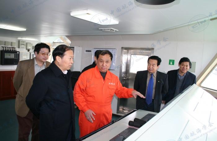 2009年1月9日112轮市纪检委书记、助理及局领导到船参观