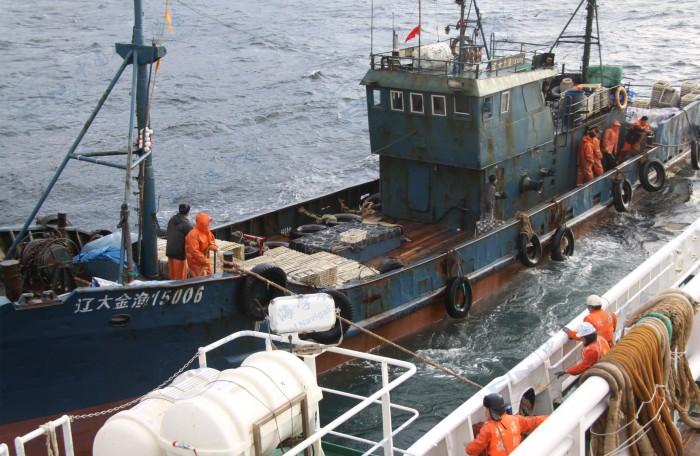 2016年12月09日北海救112轮救助受伤渔民