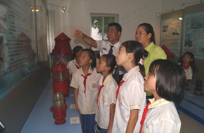 学校师生在硇洲灯塔航海科普教育基地学习