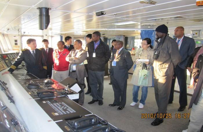 非洲海事局官员参观驾驶台