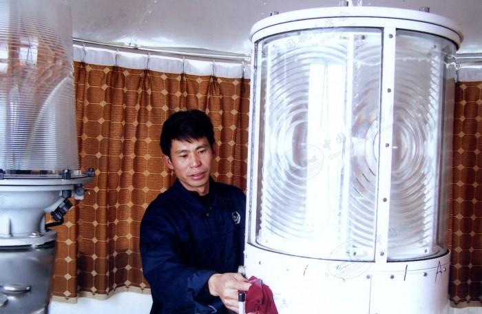 黄灿明在清洁保养灯器