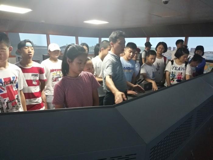 张清河高级船长带营员体验操船感受