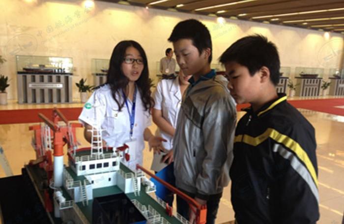 科普志愿者讲解特种船舶模型