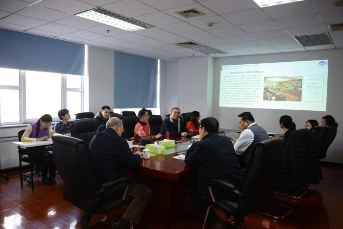 图为原理事长徐祖远与学会员工座谈