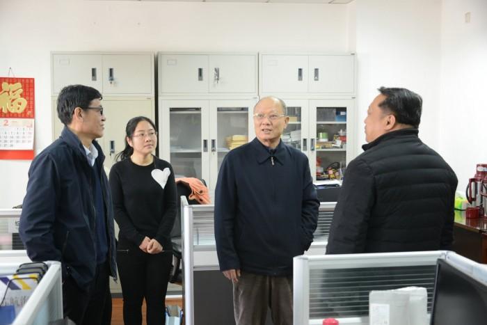 图为原理事长徐祖远看望学会员工