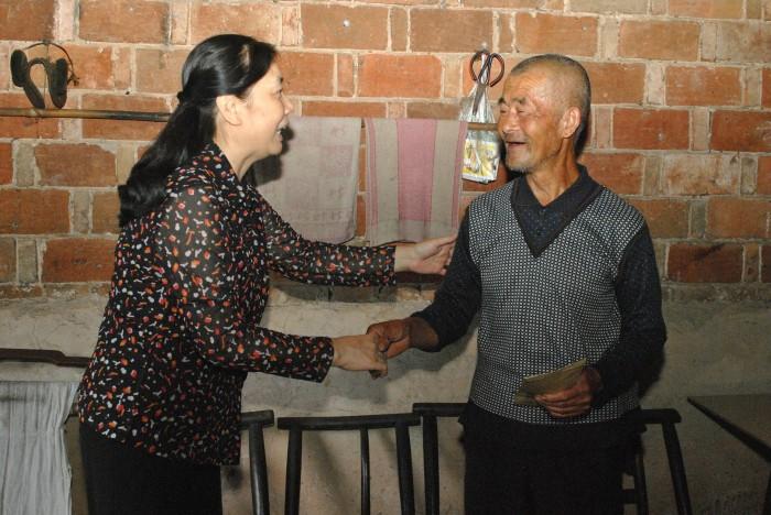 徐建理事向贫困户老人家送关爱和慰问金