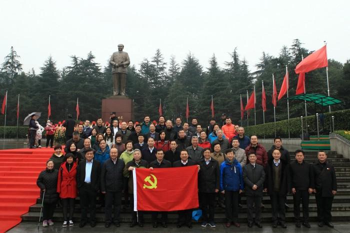 图为中国航海学会部分理事会成员及学会秘书处工作人员参观韶山毛主席铜像广场时合影
