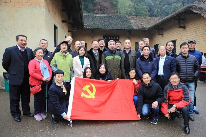 图为中国航海学会部分理事会成员及学会秘书处工作人员参观韶山毛泽东同志故居时合影