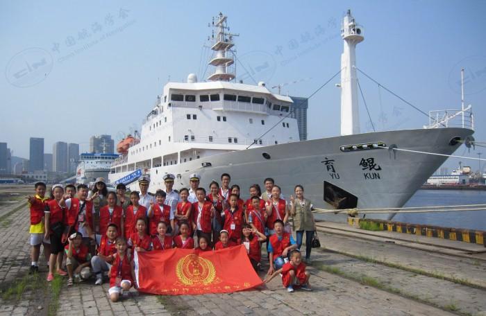 2013年8月小记者与船舶领导合影留念