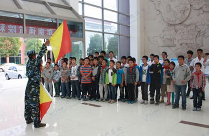 小学生代表观看旗语表演