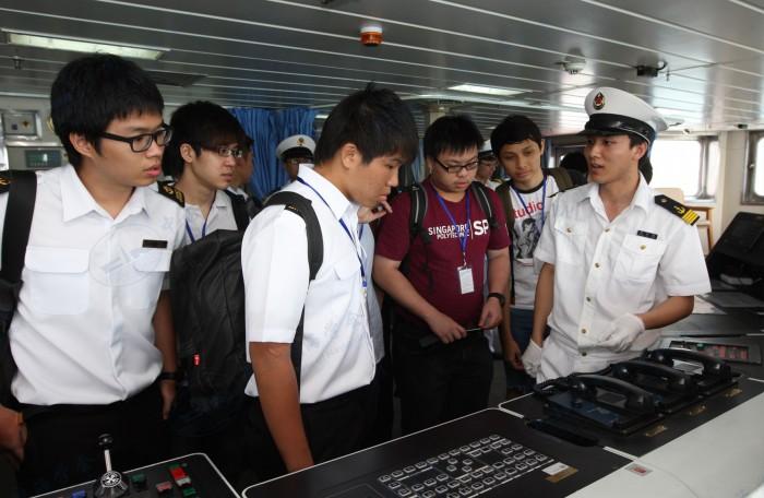 新加坡理工学院学生参观