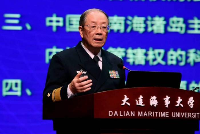 """图为尹卓将军作""""南海问题的历史和法律依据""""主旨报告"""