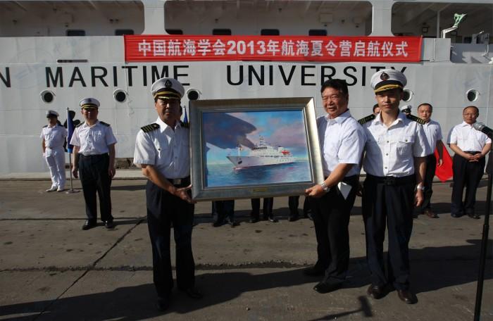 """中国航海学会2013年航海夏令营起航仪式赠航海学会""""育鲲""""轮纪念品"""
