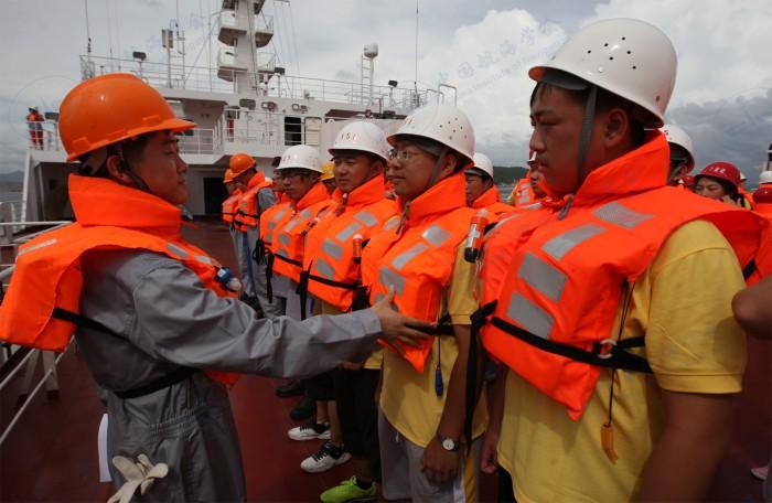 中国航海学会2013年航海夏令营营员参加救生演习