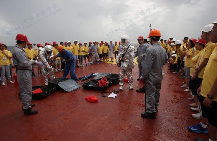 中国航海学会2013年航海夏令营营员参加消防演习