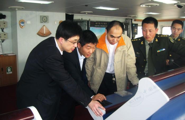 中心技术服务人员主动上门,为港行用户提供电子海图技术服务。